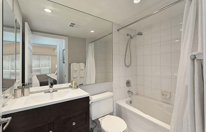 Downtown Toronto Apartment Rentals Qwest Bathroom